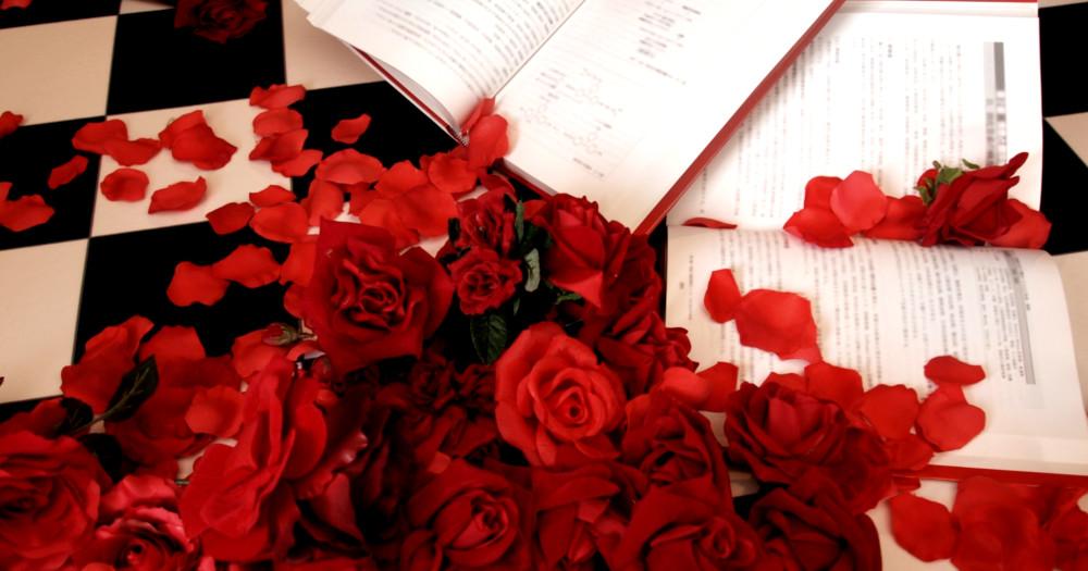 バラに囲まれた本