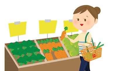 野菜を選ぶ主婦