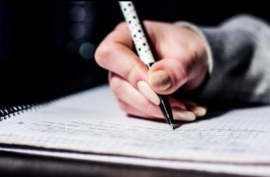 ノートに文字を書く手