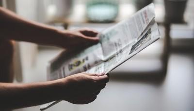 新聞で本の情報を見ているところ