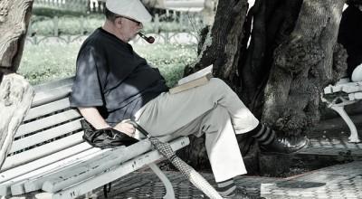 本を読む老人