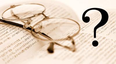 眼鏡と日本の小説にクエスチョンマークがついている