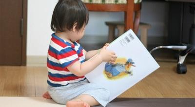 子供が絵本を読んでいるところ