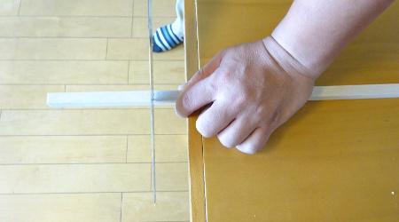 角材をノコギリで切る
