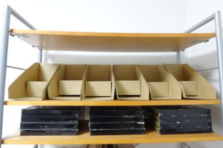 コミック・文庫本が収納できるブックスタンドを並べる
